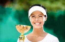 Le joli joueur de tennis a gagné le match Photographie stock