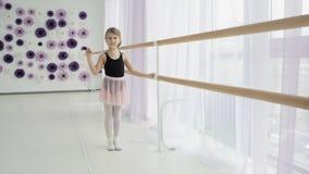 Le joli petit danseur classique ondule sa main banque de vidéos