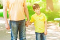 Le jolis enfant et grand-parent marchent en nature Photo stock