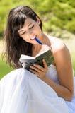 Le jolis relevé et écriture de fille en son agenda Images stock