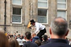 Le jongleur demandent l'aide à la foule Images libres de droits