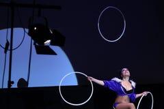 Le jongleur Jessica de cercle de danse polynésienne exécute Images libres de droits