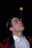 Le jongleur ont une boule de balanse sur la cuillère images libres de droits
