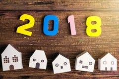 Le jouet blanc de papier de maison et numéro 2018 sur le fond en bois avec Photos libres de droits
