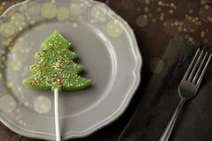 Le jouet d'arbre de Noël a modifié la tonalité le macro décor de célébration avec dur vert Images libres de droits