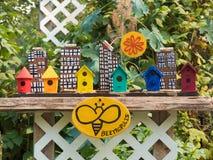 Le jouet d'arc-en-ciel de brigt de ruche d'abeille loge le jardin aucune diversité de concept de personnes photo stock