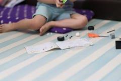 le jouet de briques de jeu d'enfant suivent le livre d'instruction images libres de droits