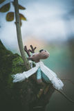 Le jouet de décoration de renne de Noël se reposent sur la branche Photographie stock libre de droits