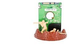Le jouet de deux soldats protègent le lecteur de disque dur Image libre de droits