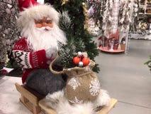 Le jouet de Santa avec des cadeaux dans un sac de sac photos stock