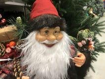 Le jouet de Santa avec des cadeaux sur le fond d'un arbre de Noël vert image stock