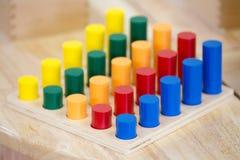 Le jouet en bois pour des enfants mettent en boîte des pratiques de cet outil Photos stock