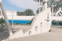 Le jouet en forme de bateau décoratif descendant en sable, situé dans un parc a appelé Horto Florestal Images stock