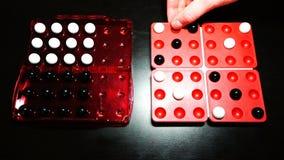 Le joueur démontre une position de gain dans le jeu de société de Pentago clips vidéos
