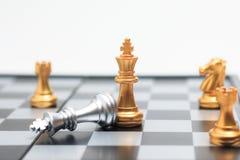 Le joueur d'or de jeu de société d'échecs a tué le roi argenté pour COM d'affaires Images libres de droits