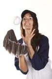 Le joueur de base-ball ou de base-ball de femme attrape une bille Photos stock