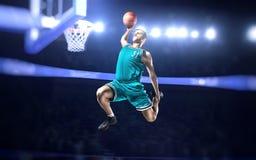 Le joueur de basket faisant le claquement trempent sur l'arène de basket-ball Photo stock