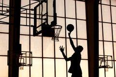 Le joueur de basket le claque image stock