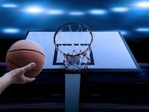 Le joueur de basket marquant un claquement sportif et étonnant trempent dans un match de basket professionnel images stock