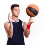 Le joueur de basket tourne la boule sur son doigt Images libres de droits