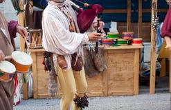 Le joueur de cornemuse et le batteur historiques se sont habillés dans des vêtements antiques Photo libre de droits