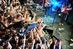 Le joueur de guitare de Ty Segall (bande) exécute au-dessus des spectateurs (la foule surfant ou mosh puits) au bruit 2014 de Hei Images libres de droits