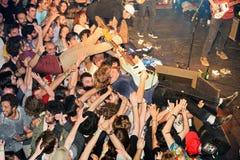 Le joueur de guitare de Ty Segall (bande) exécute au-dessus des spectateurs (la foule surfant ou mosh puits) au bruit de Heineken Photographie stock libre de droits