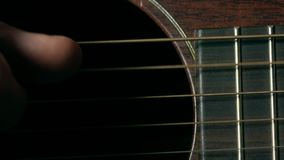 Le joueur de guitare remettent des ficelles Représentation de musique vidéo du macro 4K banque de vidéos