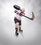 Le joueur de hockey donne le passage puissant photos stock