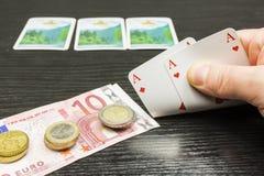 Le joueur de poker prend deux cartes Image libre de droits