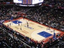 Le joueur de rois ruisselle la bille à travers le joueur de Clippers Photo libre de droits