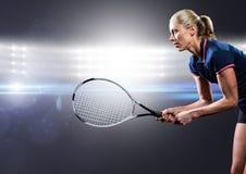 Le joueur de tennis avec la raquette a tendu contre les lumières lumineuses Image stock