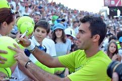 Le joueur de tennis de triphosphate d'adénosine de Horia Tecau signe des boules Images stock
