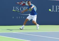 Le joueur de tennis professionnel Mikhail Youzhny pratique pour l'US Open 2013 chez Louis Armstrong Stadium Photographie stock