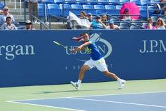Le joueur de tennis professionnel Mikhail Youzhny pratique pour l'US Open 2013 chez Louis Armstrong Stadium Images libres de droits