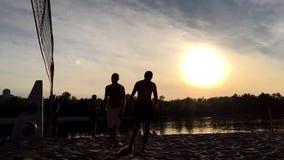 Le joueur de volleyball de plage ne jette pas la boule au-dessus du filet banque de vidéos
