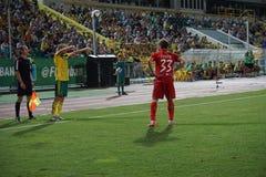 Le joueur du milieu de terrain Vladislav Ignatiev de FC Kuban entre dans la boule dans le jeu de la ligne de touche Photo libre de droits