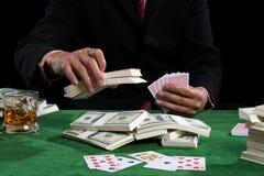 Le joueur met des paris dans les piles du billet de banque Photos libres de droits
