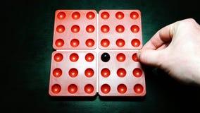 Le joueur met une boule noire sur un endroit arbitraire dans le domaine de jeu du jeu Pentago clips vidéos