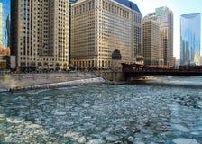 Le jour bleu clair réfléchit sur un gros morceau de glace couvert, la rivière Chicago congelée à côté du riverwalk dans la boucle Image stock