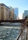 Le jour bleu clair réfléchit sur un gros morceau de glace couvert, la rivière Chicago congelée Images stock