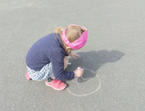 Le jour d'été sur l'asphalte avec la craie dessine un bébé Photos stock