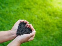 Le jour d'Eart, sauvent la terre, concept d'amour la main de femme tenant a Images stock