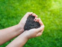Le jour d'Eart, sauvent la terre, concept d'amour la main de femme tenant a image libre de droits