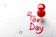 Le jour d'impôts d'avril écrit et goupillé dans un calendrier, se ferment  Images stock