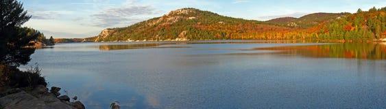 Le jour d'octobre au lac george Image stock