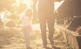 Le jour dans le village et une visite à la ferme, la rend heureuse image libre de droits