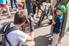 Le jour de bicyclette d'événement Cyclistes, adultes et enfants, leurs portraits photographie stock