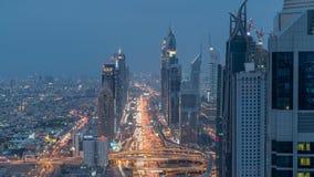 Le jour de Dubaï Sheikh Zayed Road au timelapse de nuit près de l'oeil plus attentif du centre de Dubaï montre la densité de ces  clips vidéos