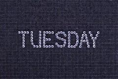 Le jour de la semaine, mot MARDI est fait à couleur de cristal de fausses pierres Images libres de droits